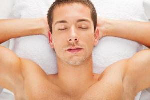 ung man vilar efter en massage foto