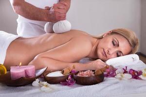 ung kvinna får spa-behandling foto