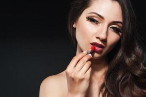 vacker kvinna med kvällsmink. smycken och skönhet. mode foto