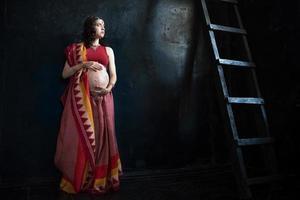 den gravida kvinnan med henatatuering foto