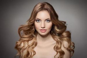 skönhet porträtt. lockigt långt hår foto