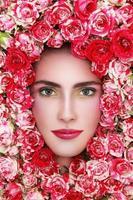 flicka i blommor foto