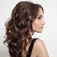 vacker brunett kvinna. lockigt långt hår. foto