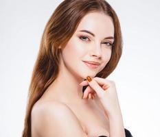 vacker kvinna ansikte närbild porträtt lycklig studio på vitt foto