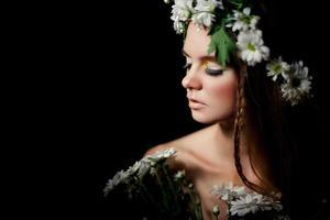närbildsprofil för ung vacker kvinna foto