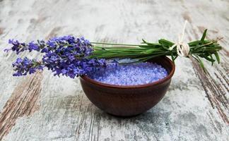 lavendel och salt foto