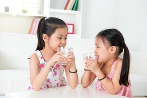 barn dricker mjölk. foto