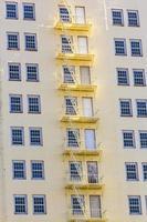 fasad på hotell med brandstegen foto