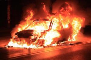 brinnande bil foto