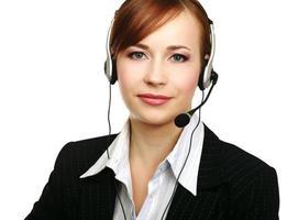porträtt av en anställd i ett callcenter som bär headset foto
