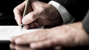 desaturerad bild av att underteckna ett kontrakt foto