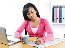 ung kvinna som söker jobb foto