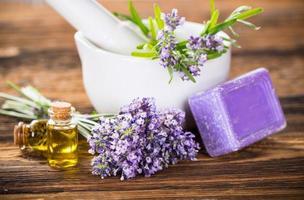 lavendelblommor med eterisk olja. spa och wellness koncept. foto