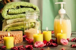 spa stilleben: aromterapiljus och annat foto