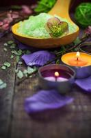 spa-inställning saltbad aromatiska ljus foto