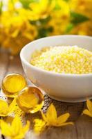 spa med gula örttebadpärlor och blommor foto