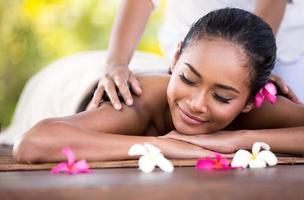 ung kvinna får en massage foto