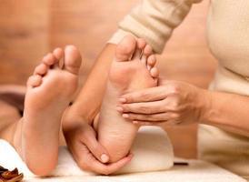massage av mänsklig fot i spasalong foto