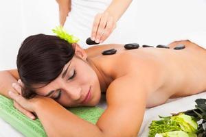 kvinna som får lastone massage foto