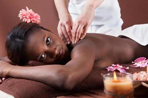 kvinna som får axelmassage på spa foto