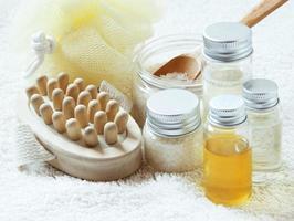 spa-lösning med flaskor med eterisk olja foto