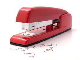 röd häftapparat foto