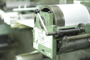 skriva ut etiketter på offsetmaskin foto