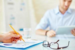 glasögon på arbetsplatsen foto