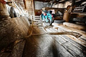 förråd i gammal ladugård med gammal moped