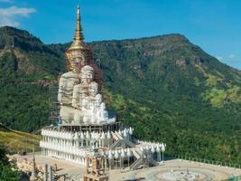 stor buddha under konstruktion foto