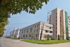sidovy på kontorsbyggnaden med parkeringsplats foto