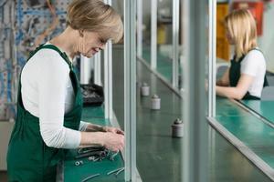 kvinnor som arbetar i fabriken