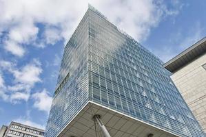 kontorsbyggnad av glas på stylter. foto