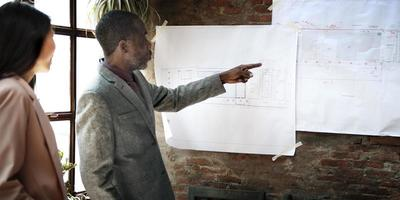 affärsman arkitekt blueprint presentation arbetande koncept foto
