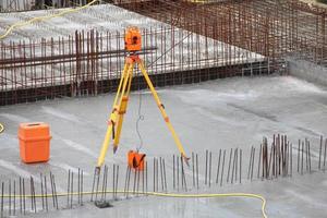 utrustningsteodolitverktyg på byggarbetsplatsen foto