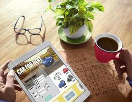 digitalt sökande biluthyrning koncept foto