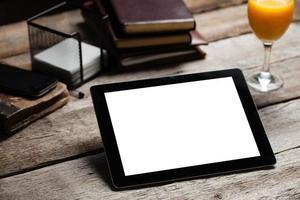skärm av digital tablet pc på träbord foto