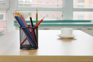 kontorsmaterial på träskrivbordet foto