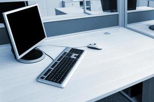 dator på ett skrivbord foto