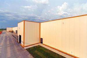 aluminiumfasad på industribyggnad foto