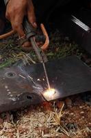 arbetare använder elektrisk svetsning foto