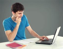 högskolestudent som använder sin bärbara dator foto
