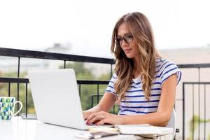 ung kvinna med bärbar dator foto