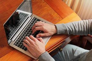 manworking på laptop i lyxig klassisk stilinredning foto