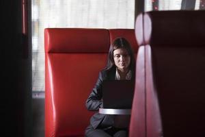 affärskvinna med laptop i café foto