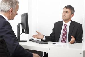 kontorsarbetare, konsult, på kontoret med klienten foto