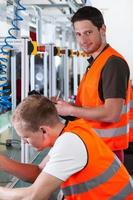 arbetare nära produktionslinjen foto