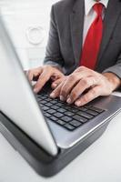 mogen affärsman som använder sin bärbara dator