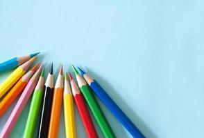 pennor på blått papper bakgrund foto
