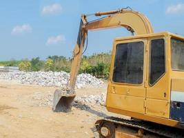 gul grävmaskin på byggarbetsplatsen foto